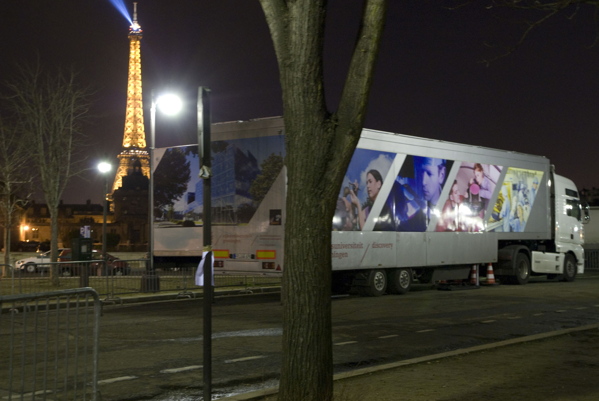 Groningen Discovery Truck - in front of the Tour Eiffel