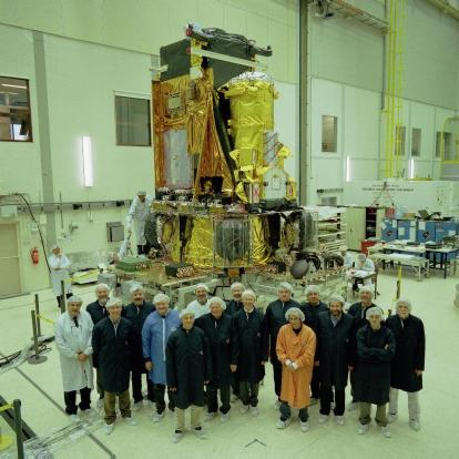 More ISWT members, posing in front of the INTEGRAL spacecraft (26 March 2002, ESTEC)